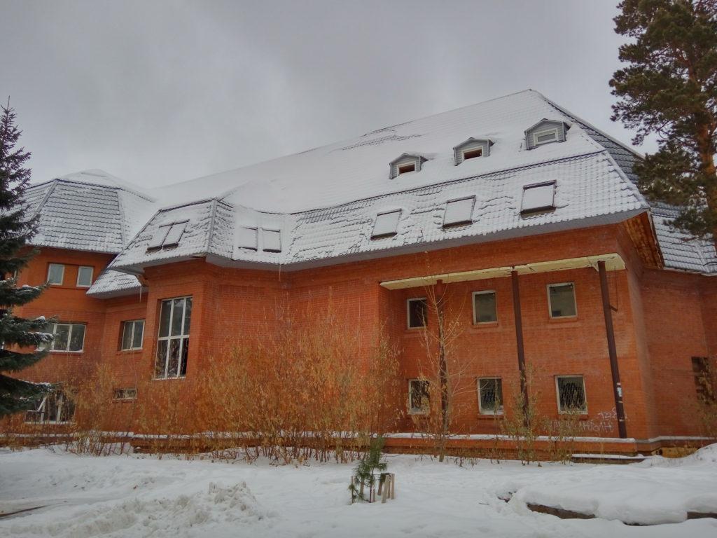 Пустующее, недостроенное здание из красного кирпича за маг. бытовой техники по ул. Советская (известное в городе, как дом Шамро).